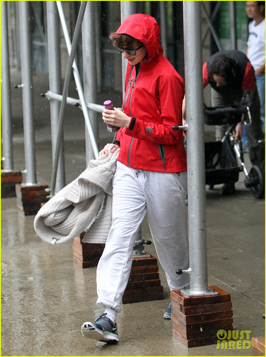 anne hathaway adam shulman rainy friday in new york 03
