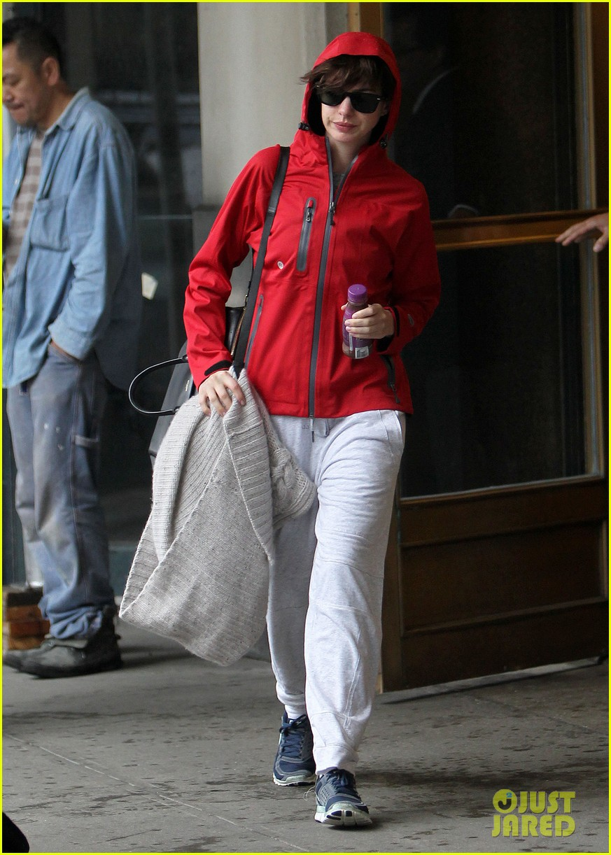anne hathaway adam shulman rainy friday in new york 052886711