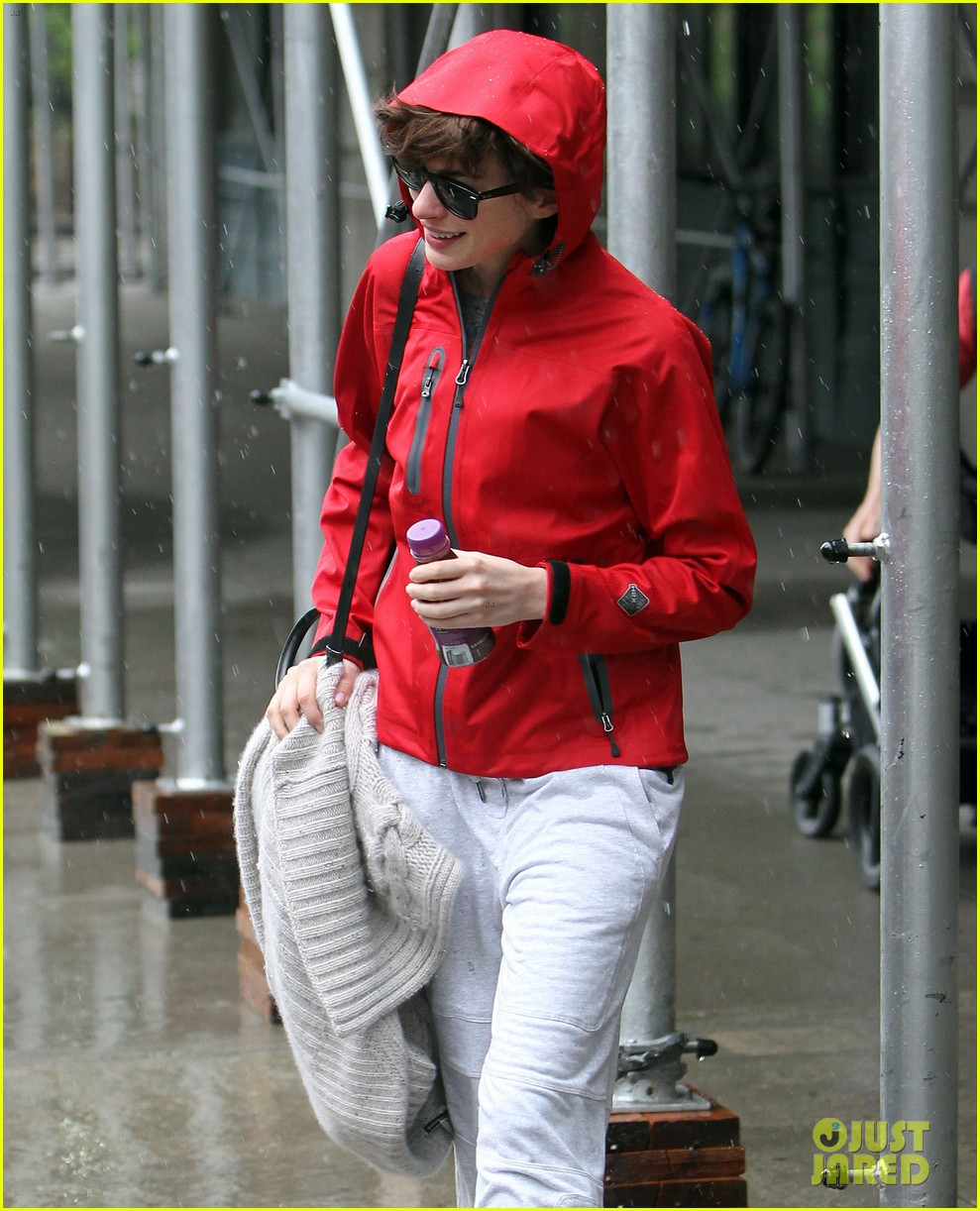 anne hathaway adam shulman rainy friday in new york 082886714