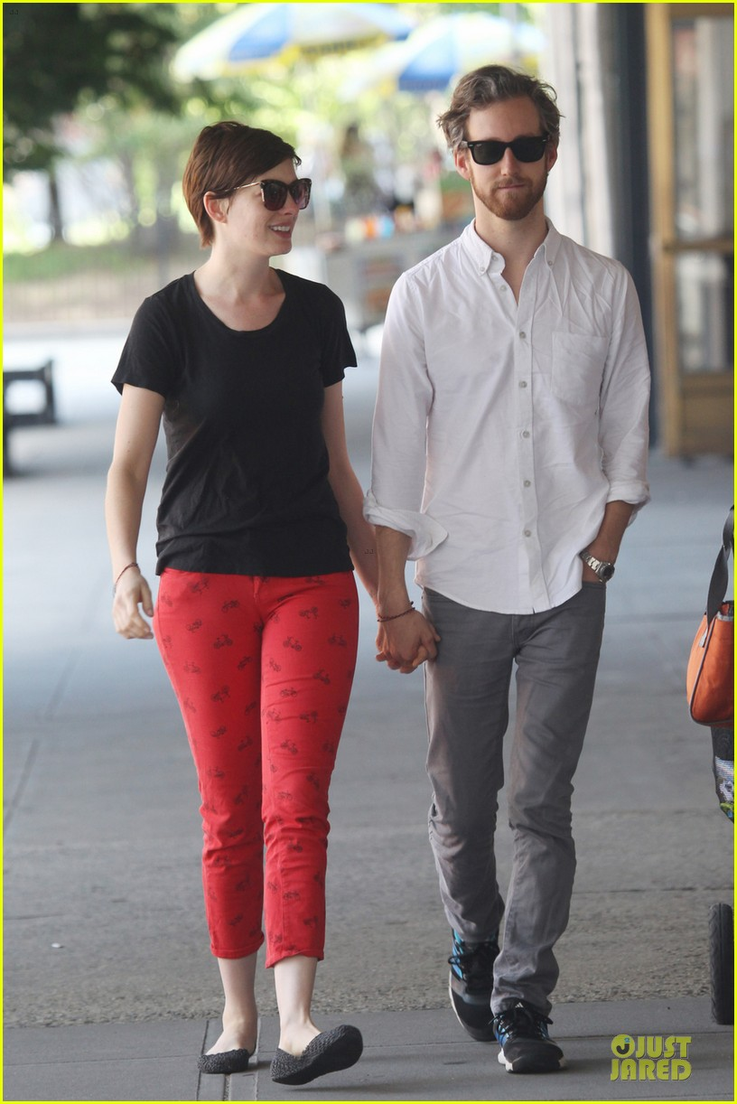 anne hathaway adam shulman red hot snuggling 01