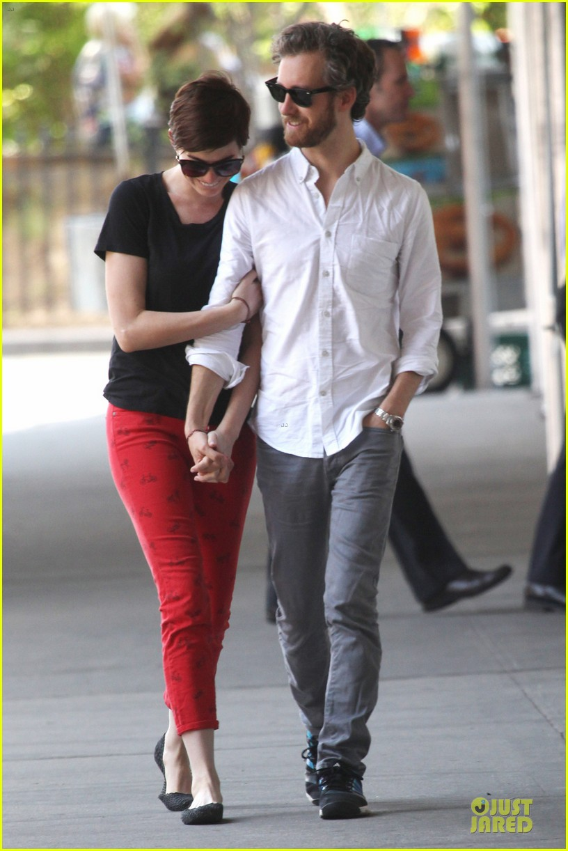 anne hathaway adam shulman red hot snuggling 052894797