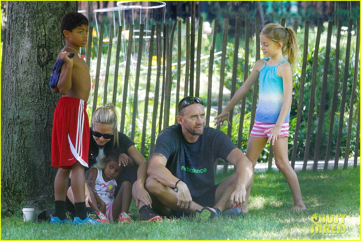 heidi klum martin kirsten take the kids to the park 18