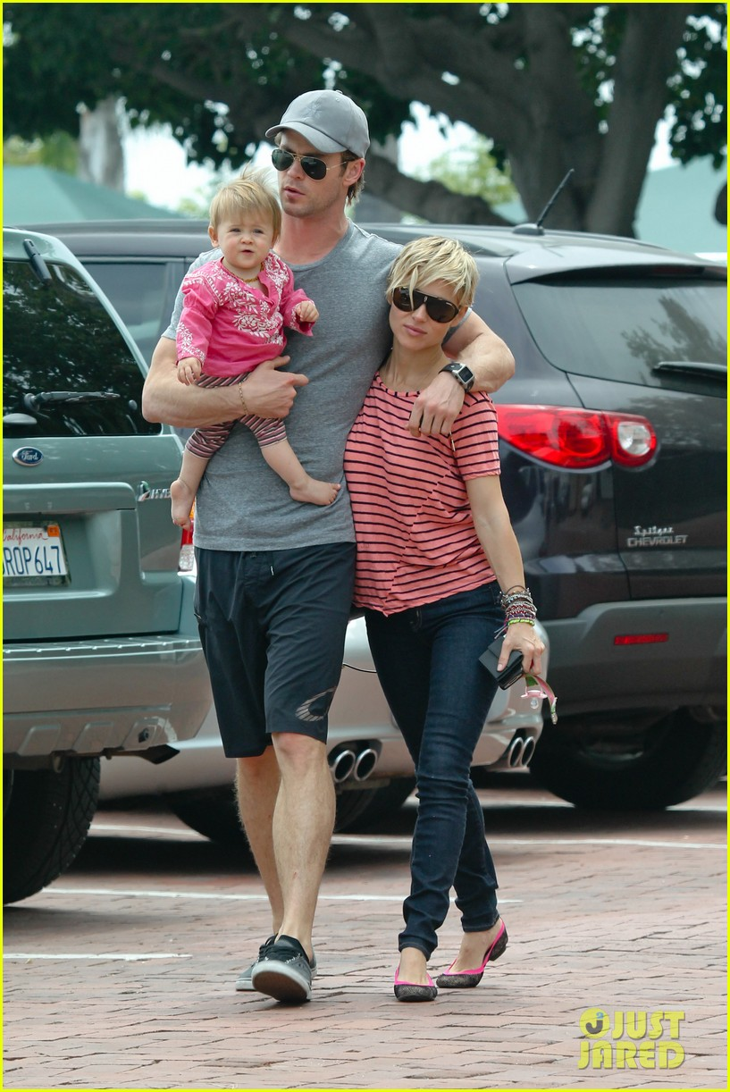chris hemsworth hugs his family close in malibu 16