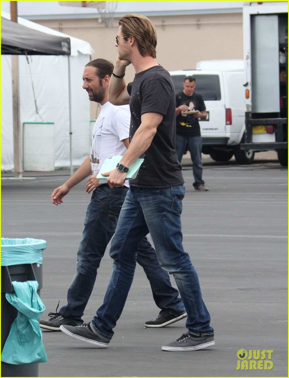Chris Hemsworth Peace On Cyber Set Photo 2889699 Chris