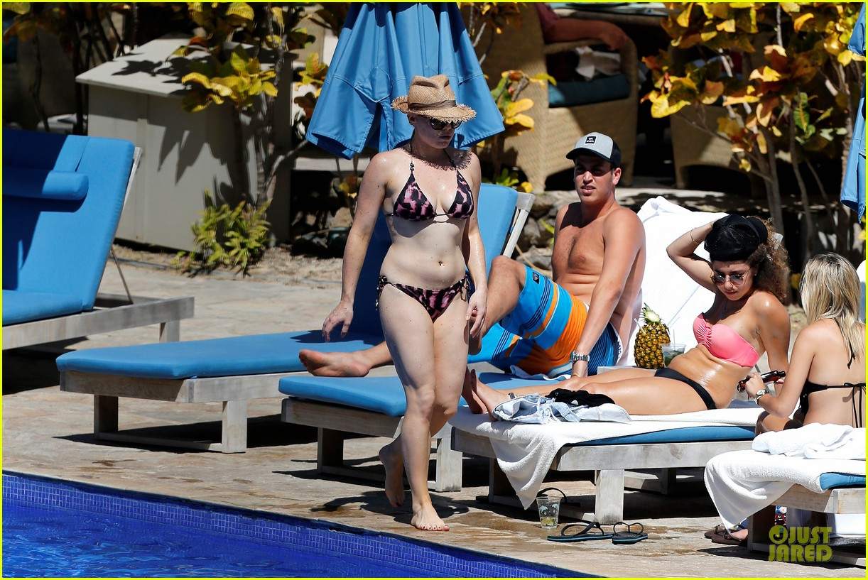 megan hilty cuddling with shirtless brian gallagher in hawaii 132881754