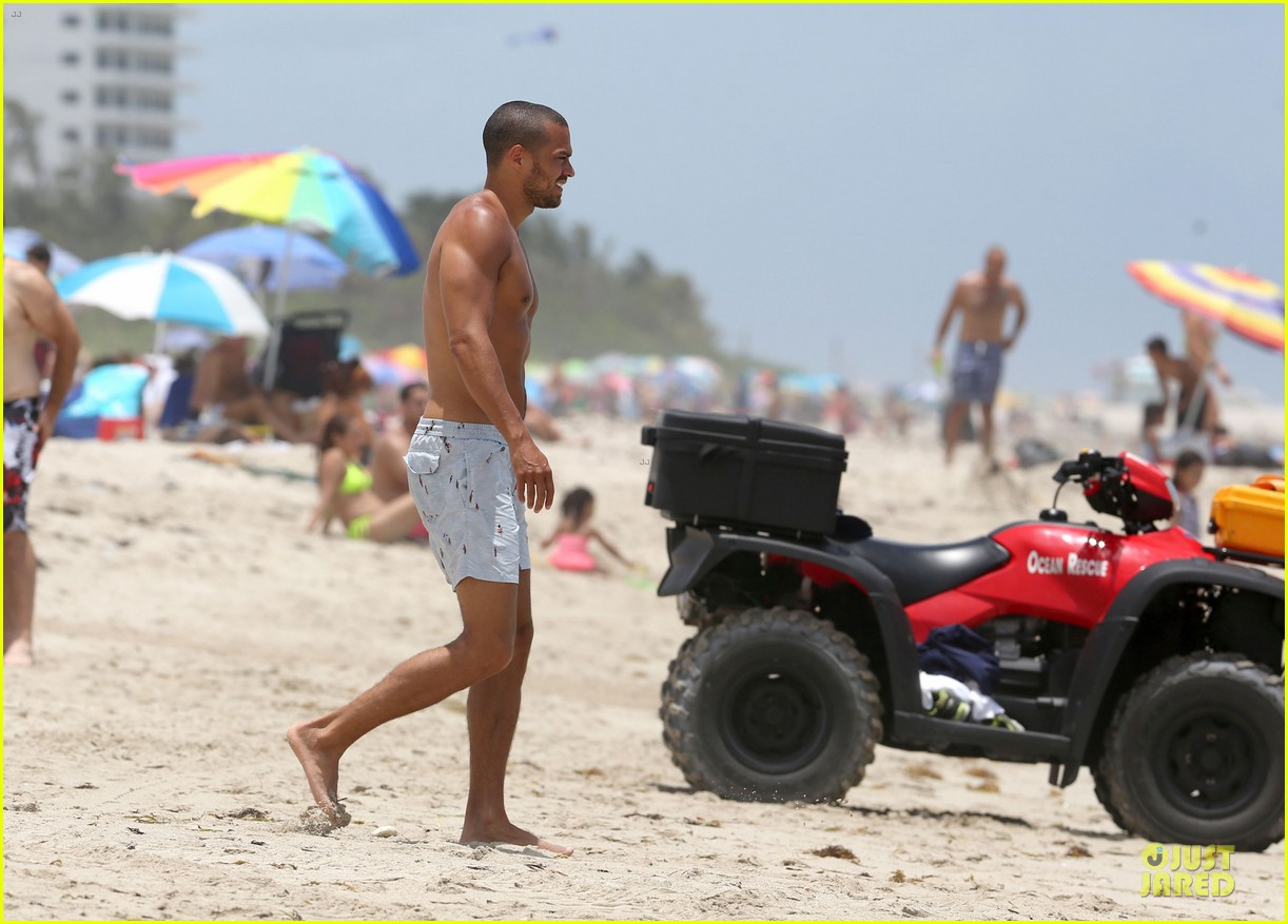 jesse williams shirtless miami vacation 01