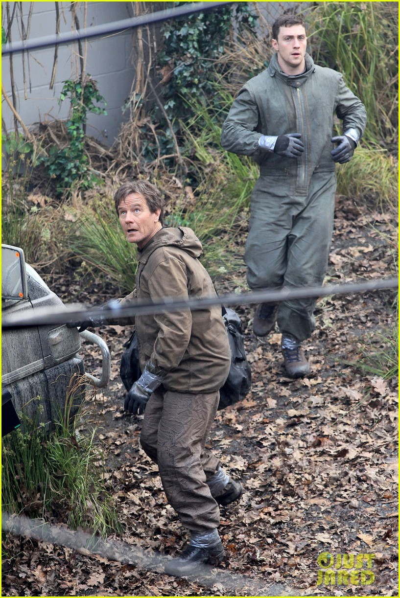 aaron taylor johnson godzilla set with bryan cranston 06