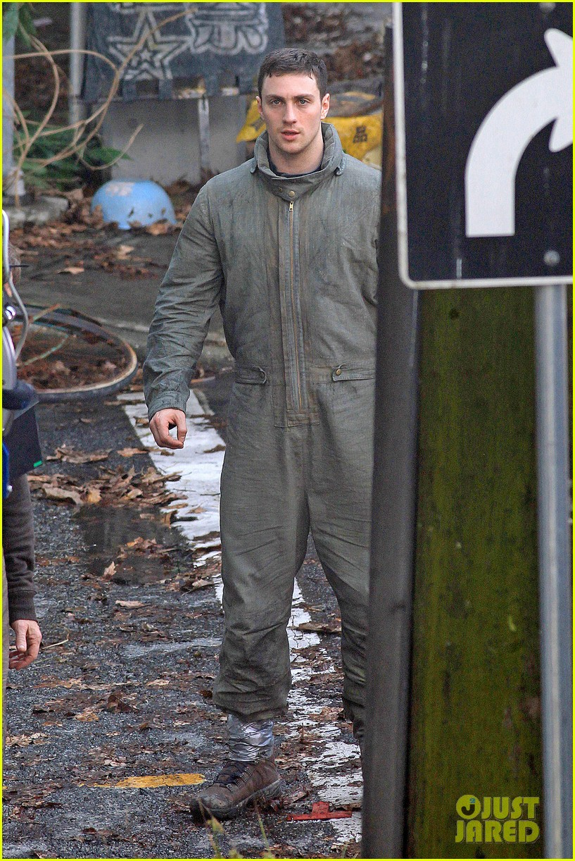 aaron taylor johnson godzilla set with bryan cranston 07