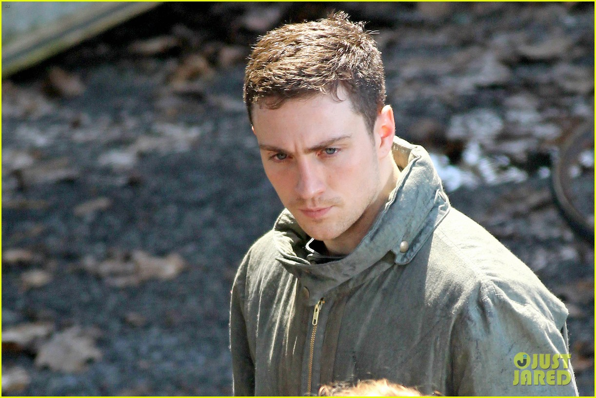 aaron taylor johnson godzilla set with bryan cranston 15