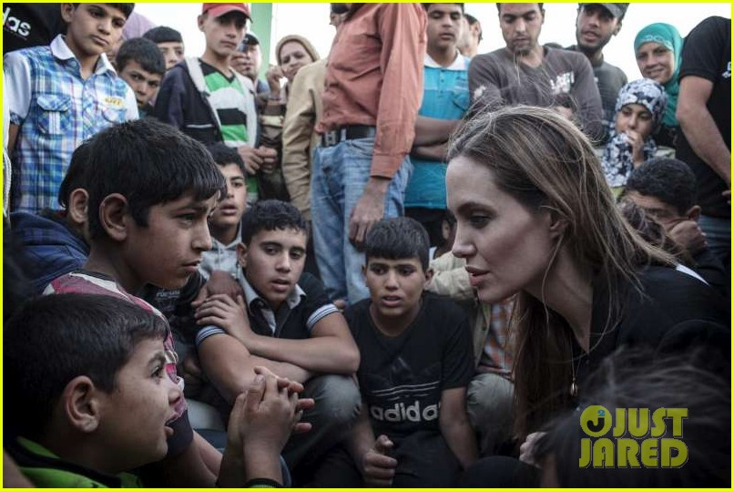 angelina jolie meets with syrian refugees at jordan border 02