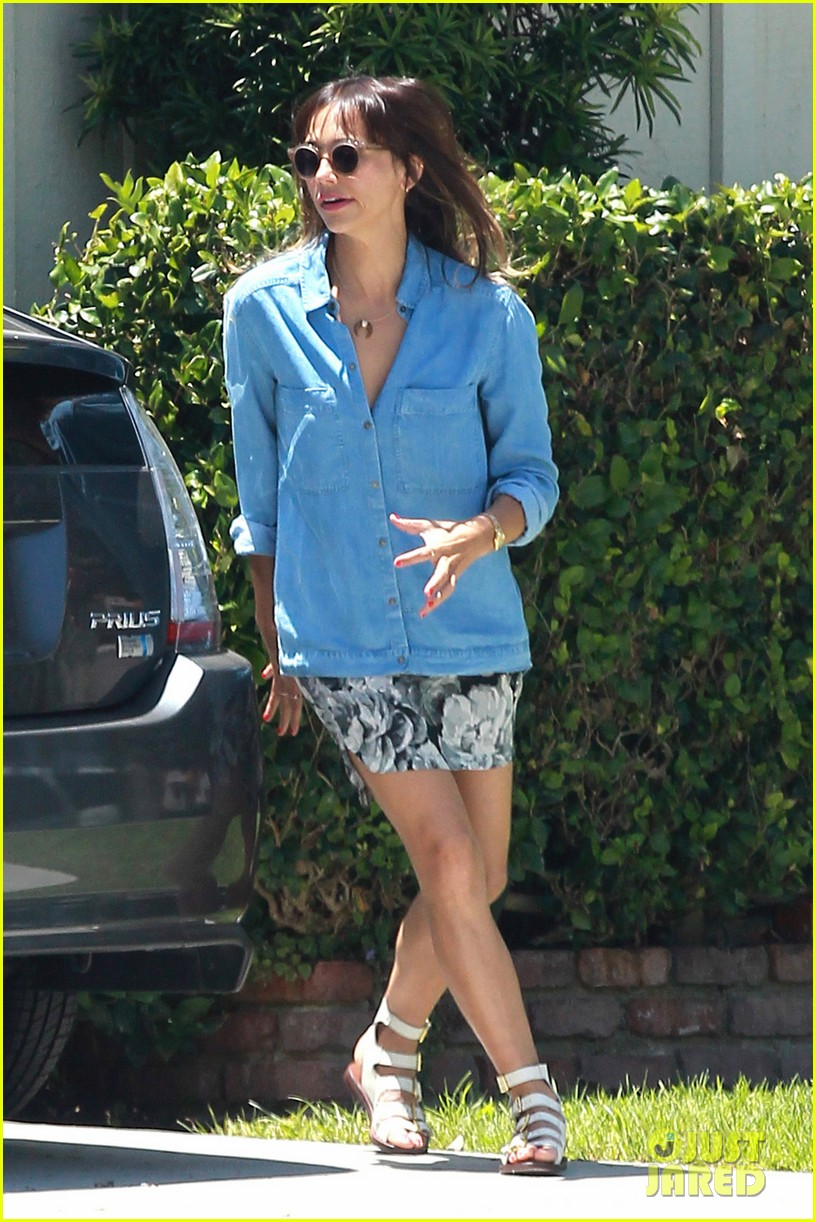rashida jones steps in gum outside andy lecompte salon 01