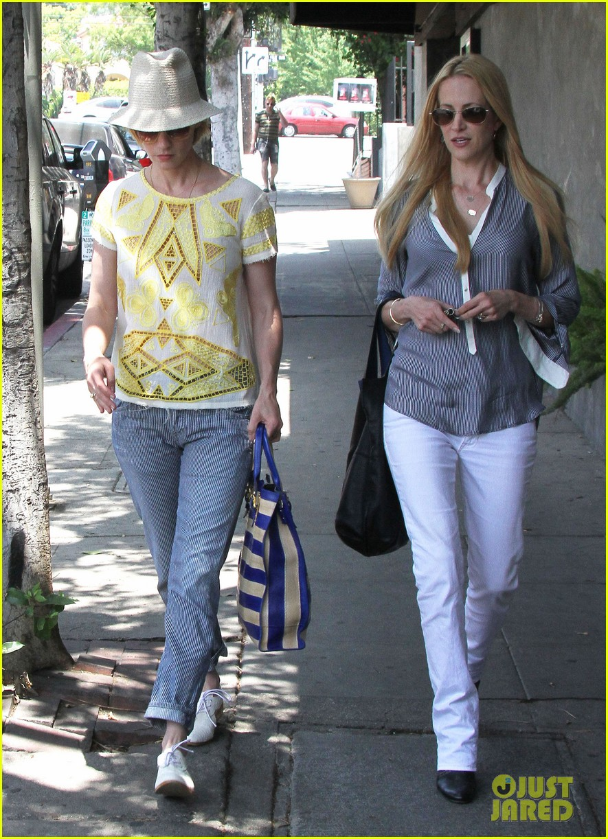 january jones hides new haircut under hat 12