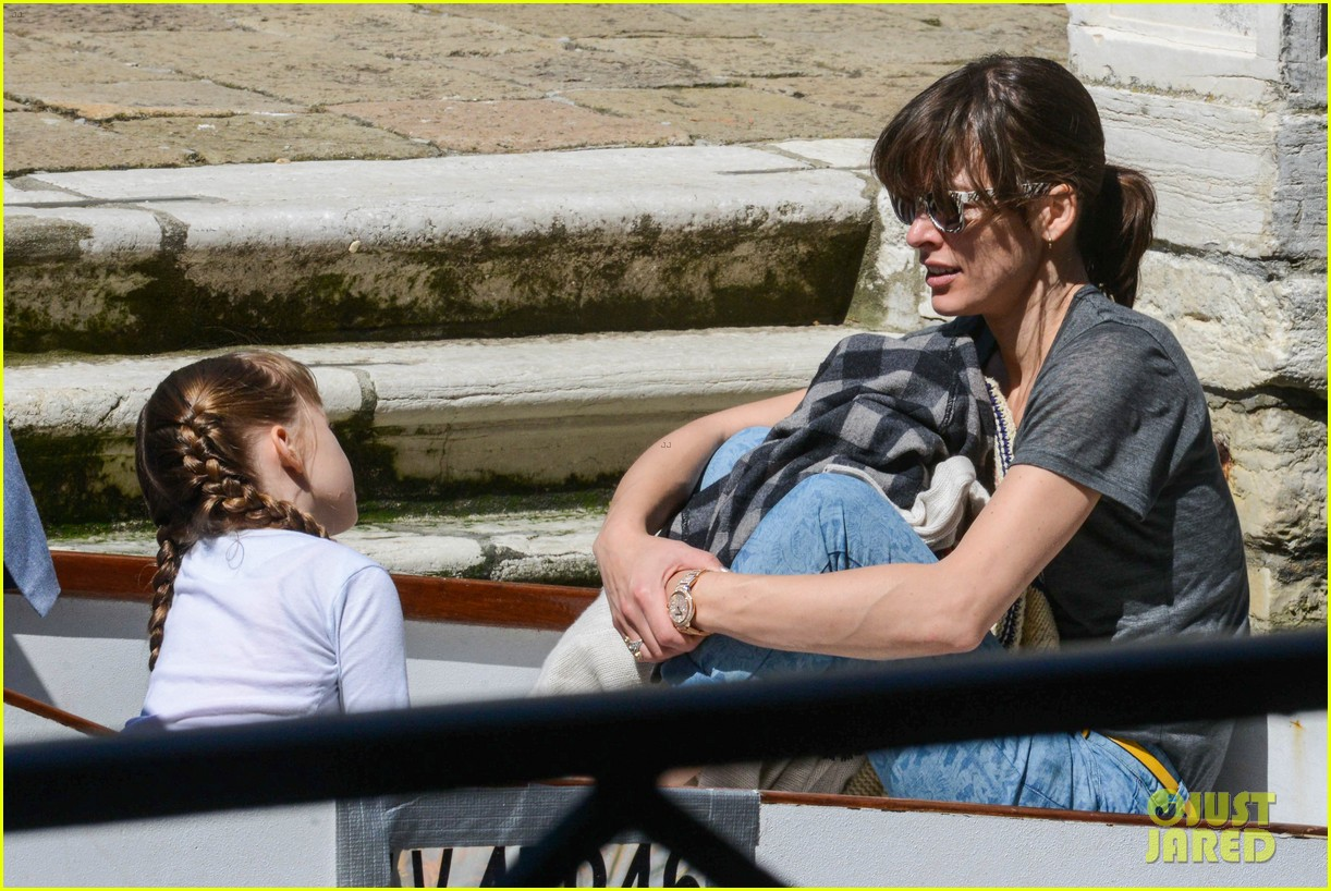 milla jovovich gondola ride in venice with ever 012882478