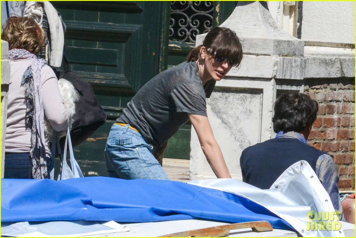 milla jovovich gondola ride in venice with ever 032882480