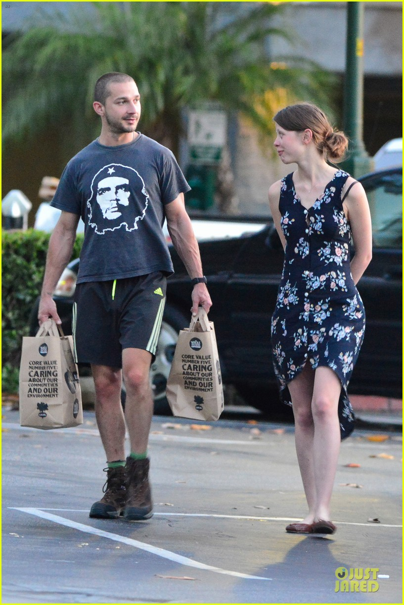 shia labeouf carries the groceries for mia goth 03