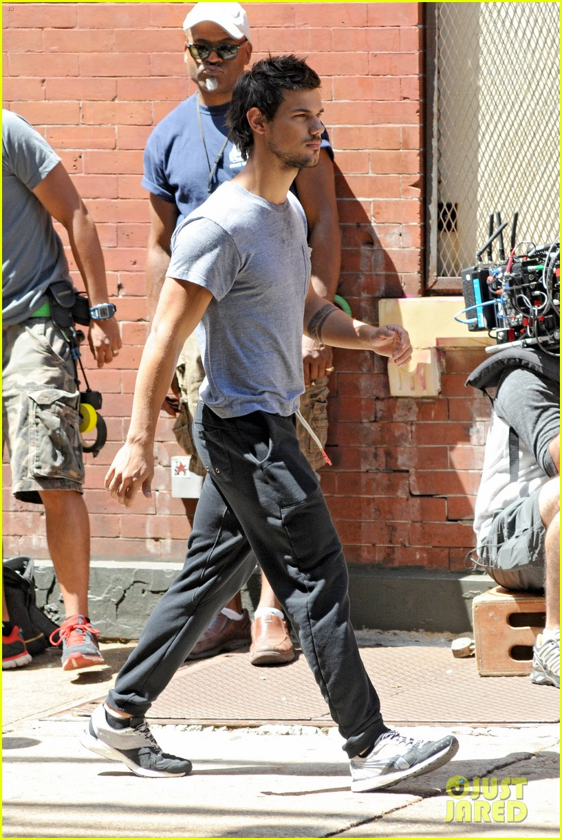 taylor lautner sweats it out for tracers in queens 14