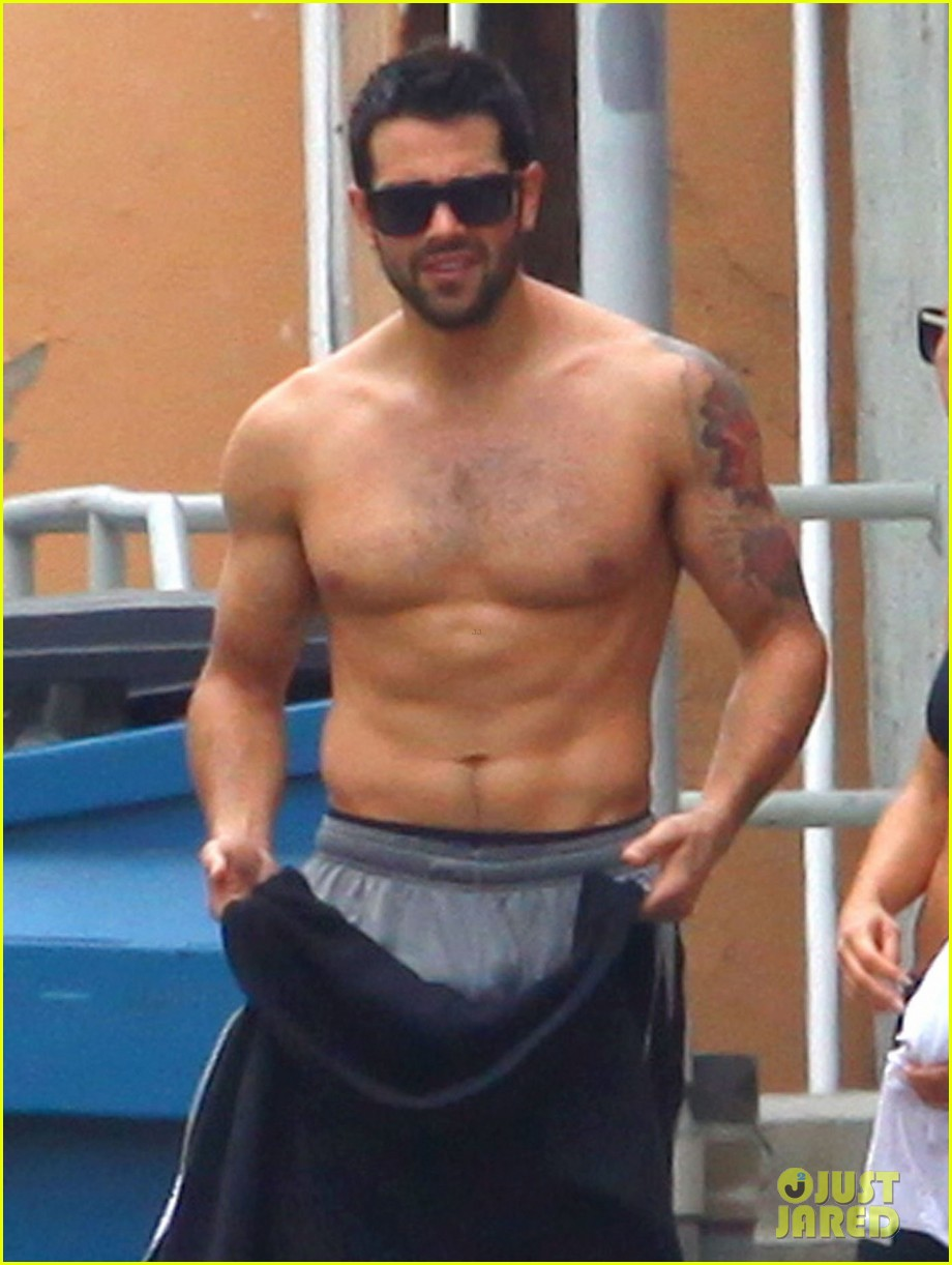 jesse metcalfe shirtless ab show after gym 02