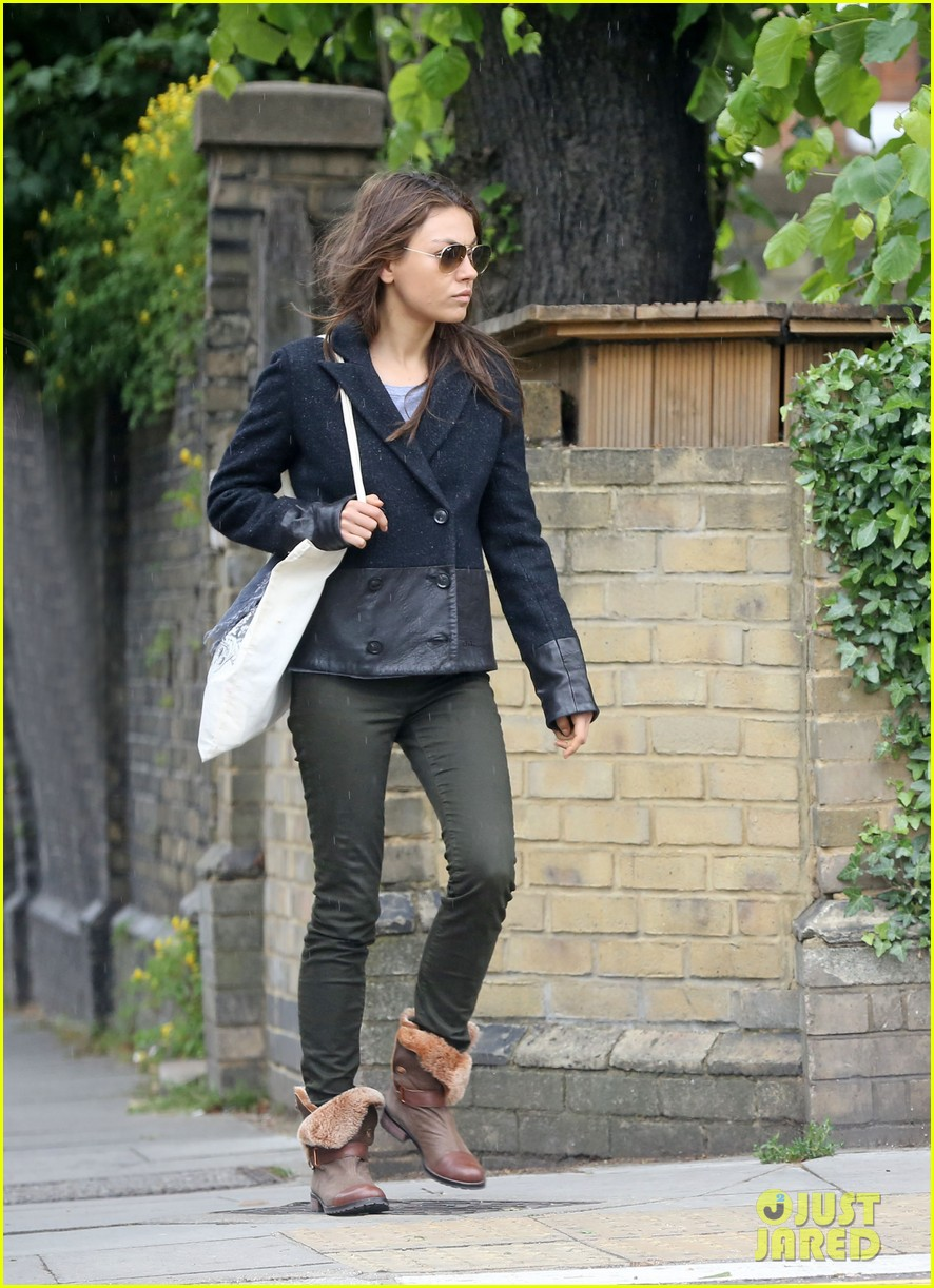 mila kunis rainy walk in london 03