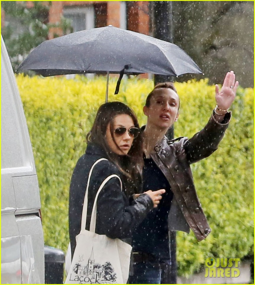mila kunis rainy walk in london 08