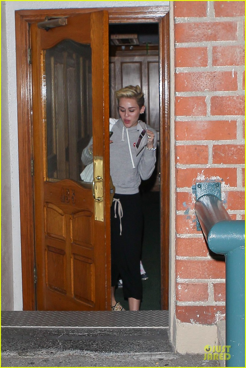 miley cyrus late night doctors appointment 01