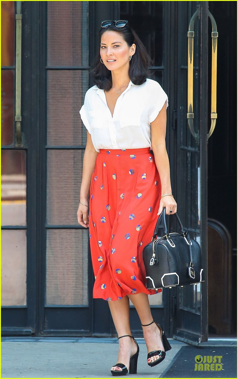 olivia munn id rather play with jigsaw puzzles than go out 01