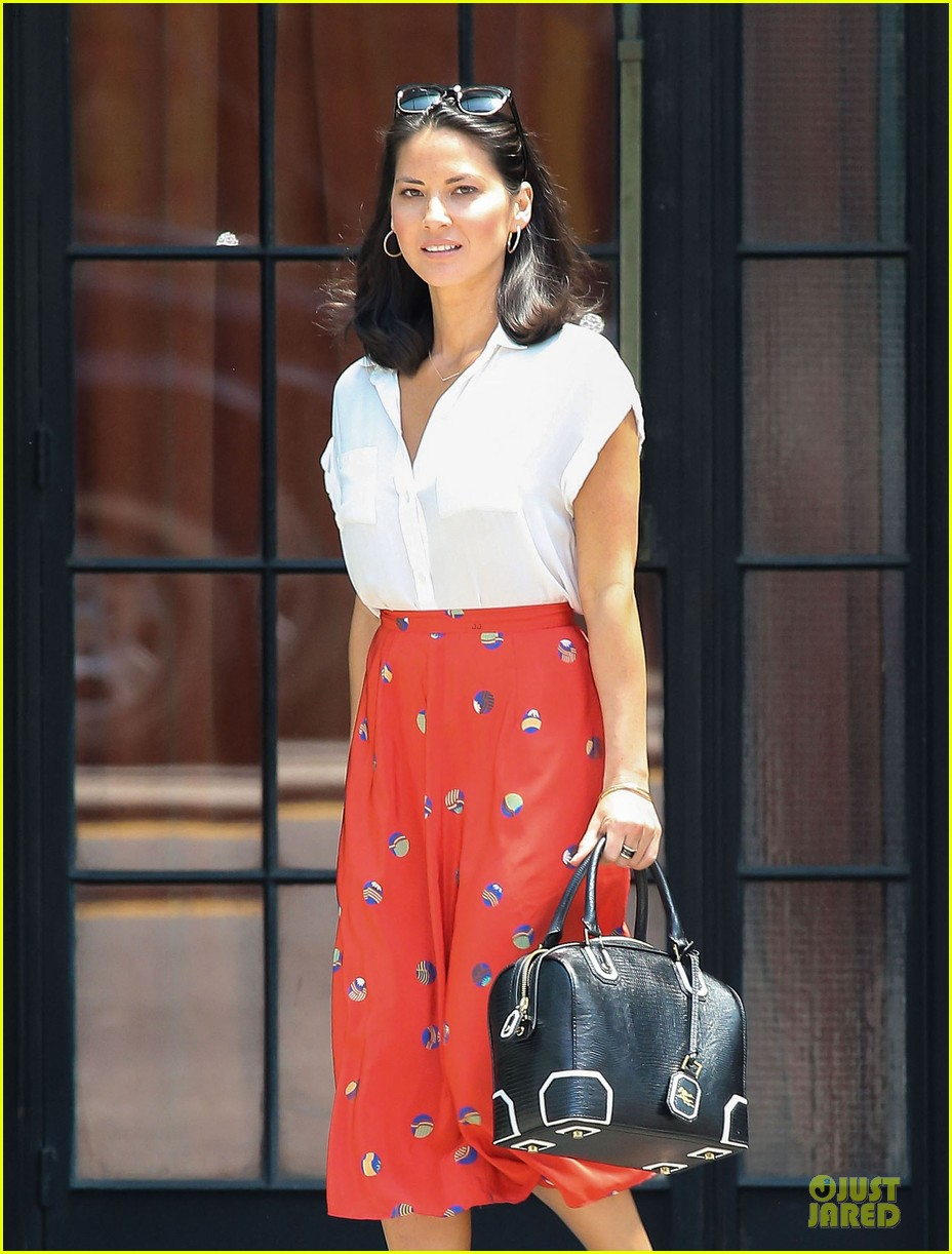 olivia munn id rather play with jigsaw puzzles than go out 02