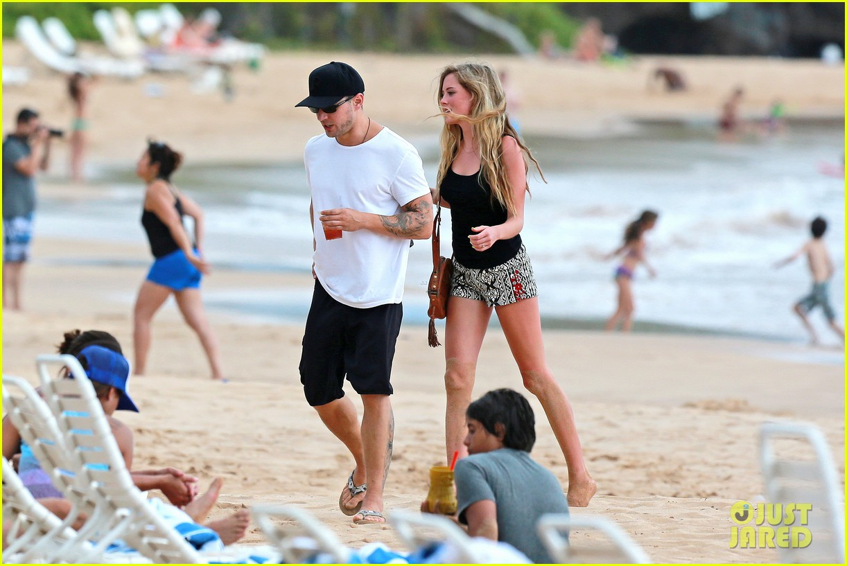 ryan phillippe hawaiian vacation with paulina slatger 112890530