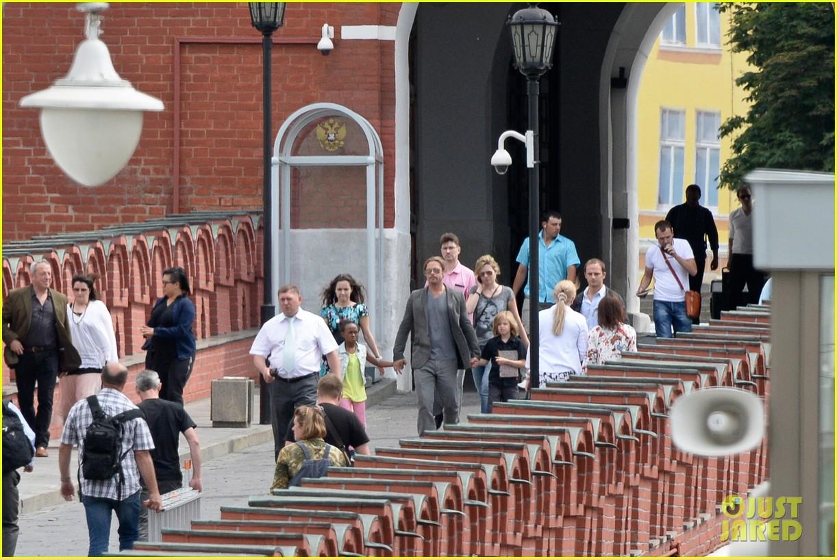 brad pitt kremlin visit with shiloh zahara 03