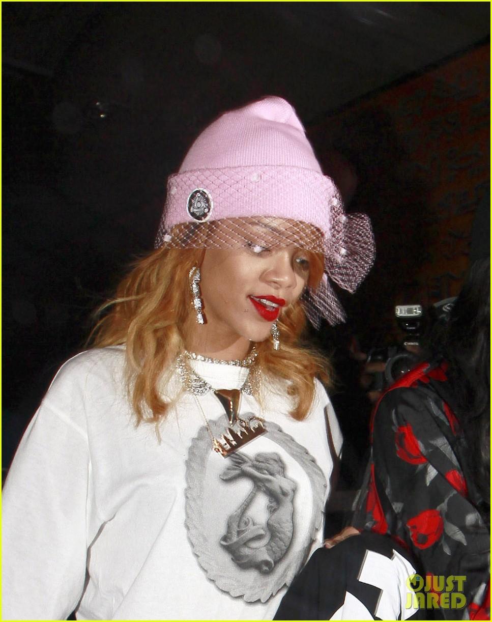 rihanna pink veiled beanie hat in amsterdam 02