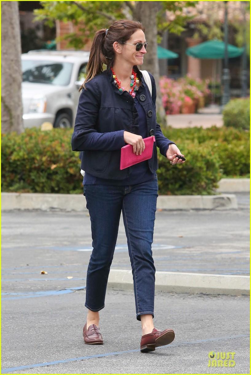 Emma Roberts Promotes Vans Before Aunt Julia Roberts Shops ...