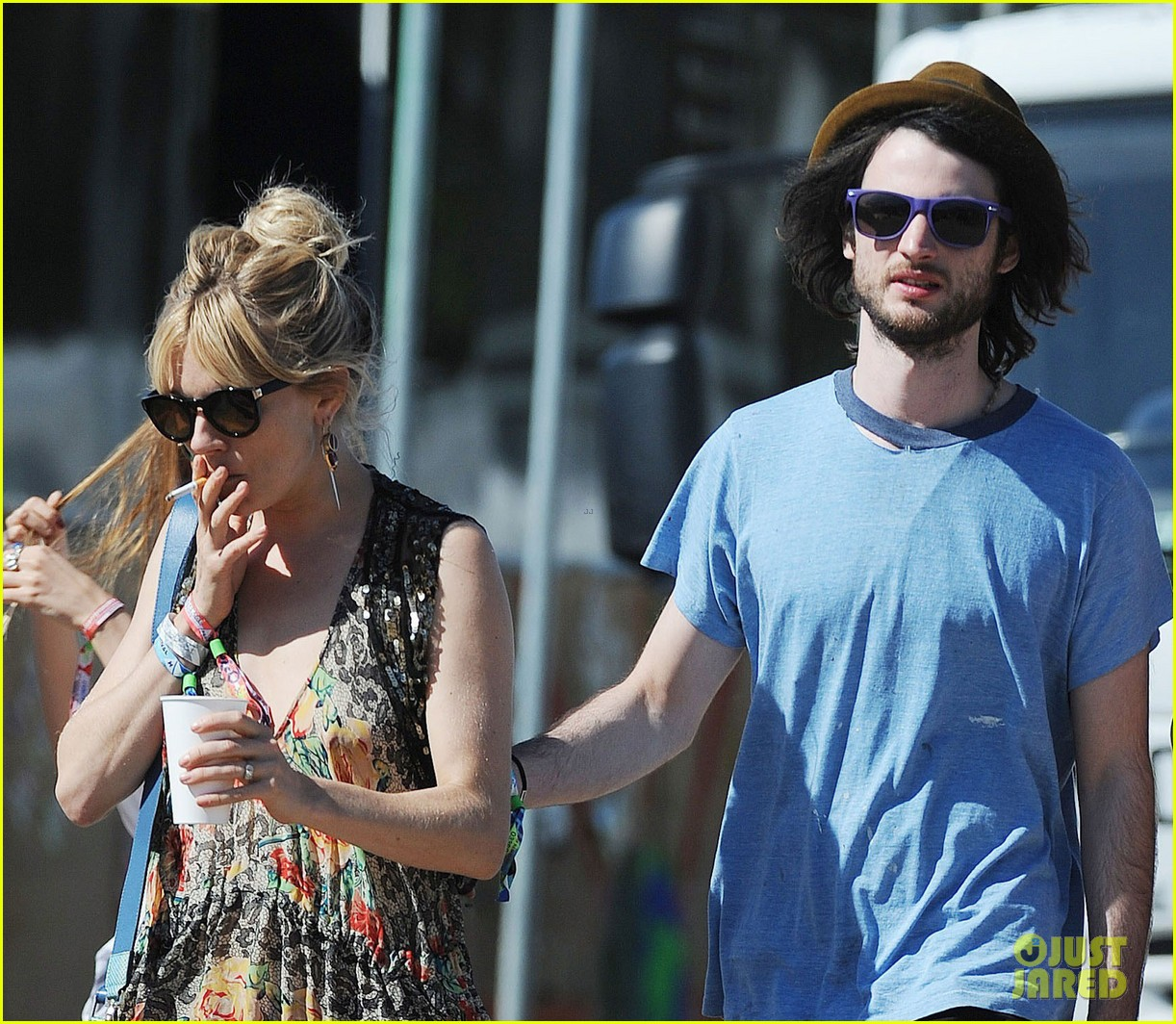 sienna miller tom sturridge glastonbury festival couple 07