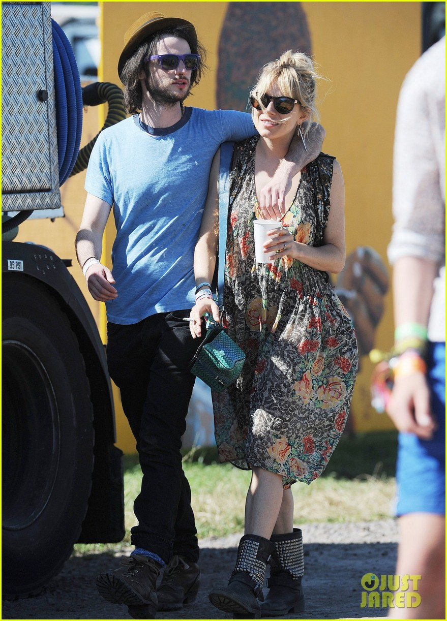 sienna miller tom sturridge glastonbury festival couple 082901176