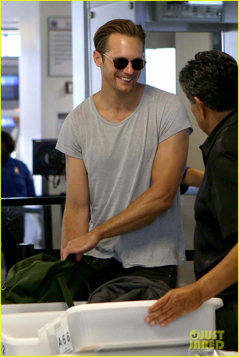alexander skarsgard flaunts buff biceps at lax security line 012887129