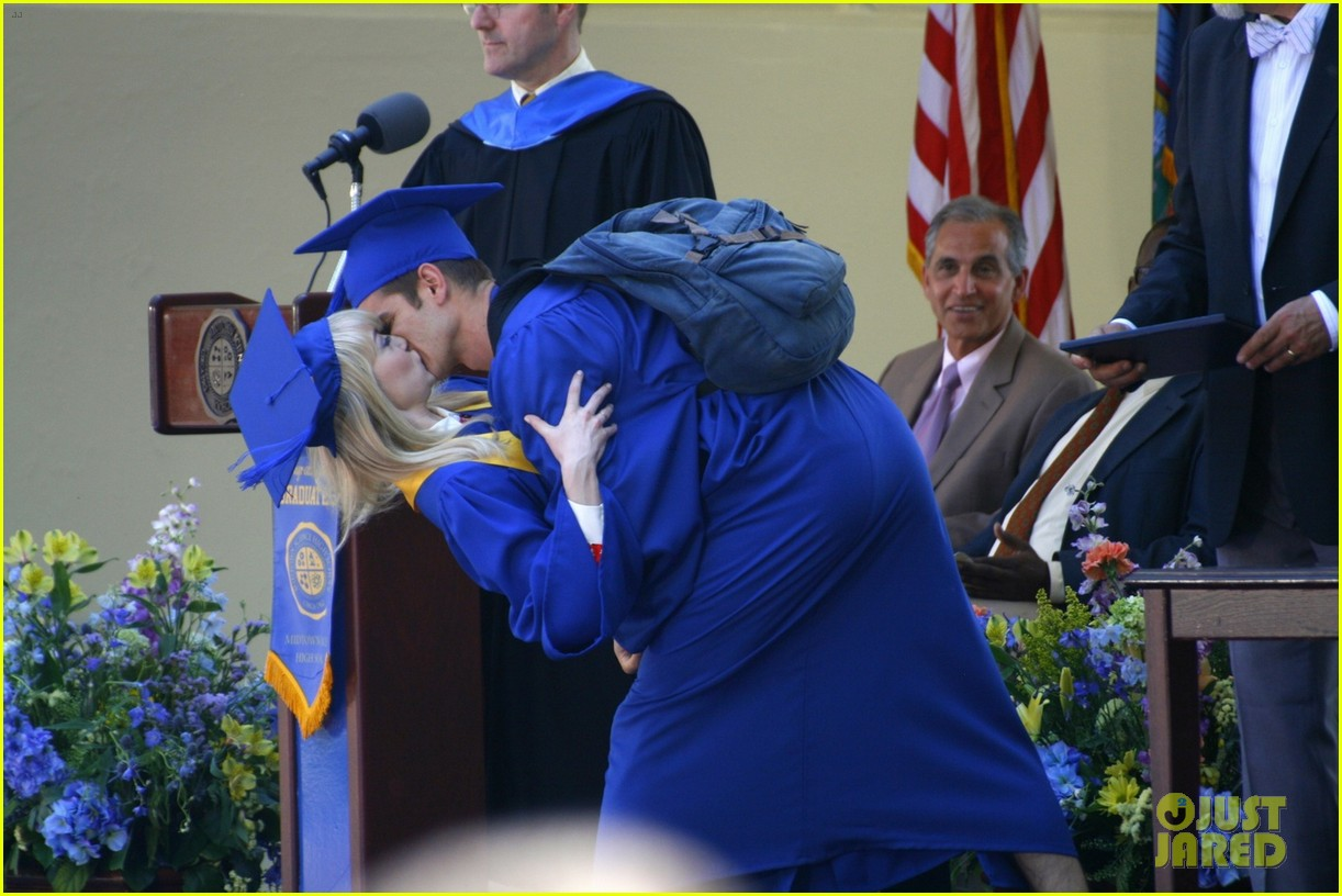 emma stone andrew garfield kiss at spider man graduation 02