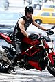 justin theroux bulging muscles man 03
