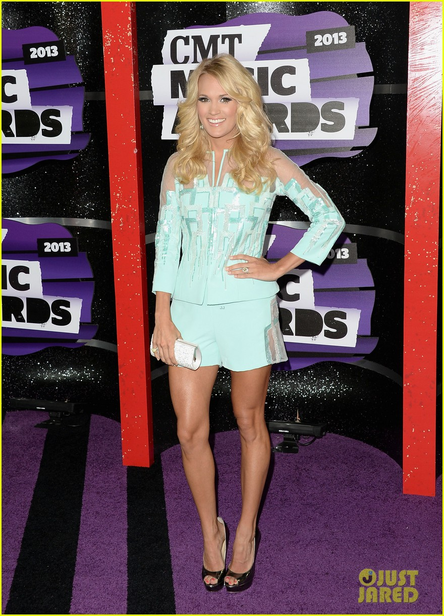 carrie underwood cmt music awards 2013 with mike fisher 01