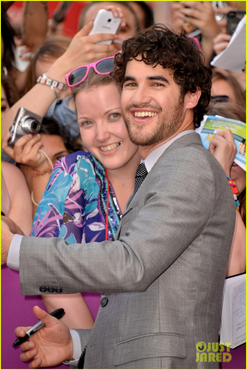 kristen wiig girl most likely paris premiere with darren criss 06