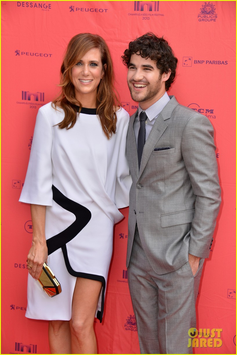 kristen wiig girl most likely paris premiere with darren criss 18
