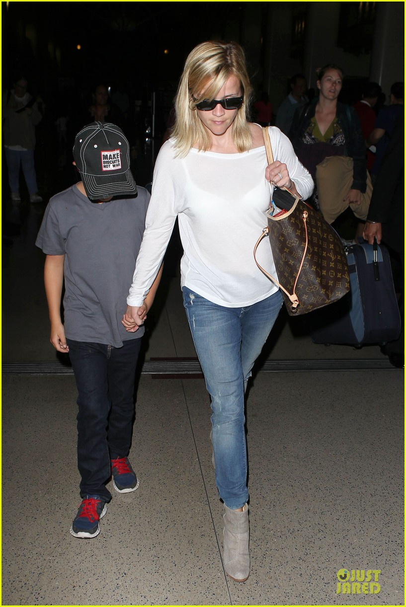 reese witherspoon deacon lax landing after fathers day  01