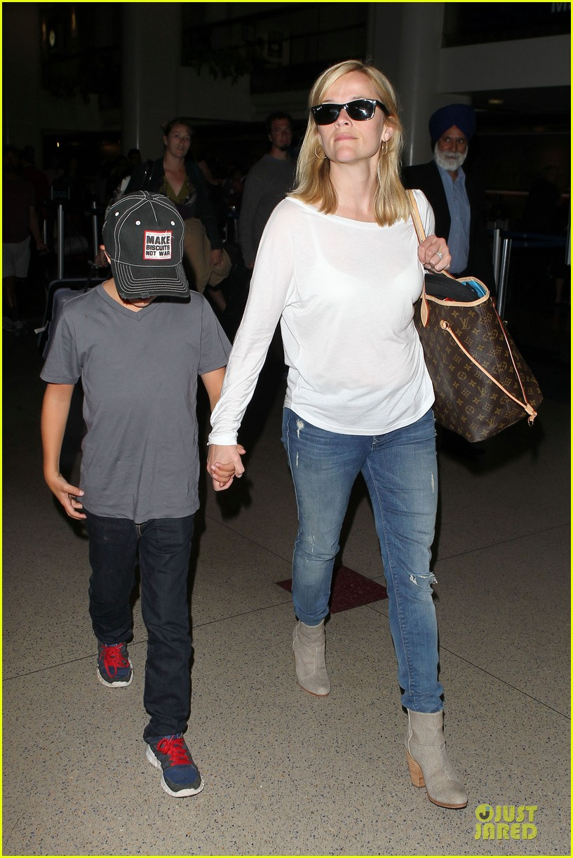 reese witherspoon deacon lax landing after fathers day  05