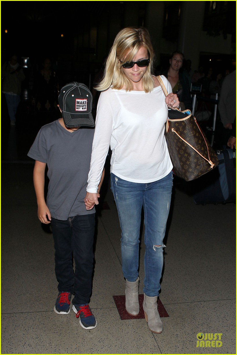 reese witherspoon deacon lax landing after fathers day  102893489
