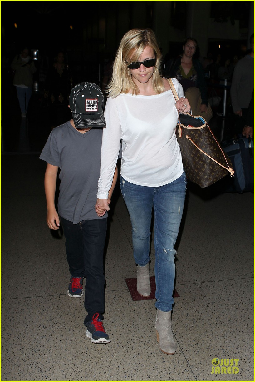 reese witherspoon deacon lax landing after fathers day  12
