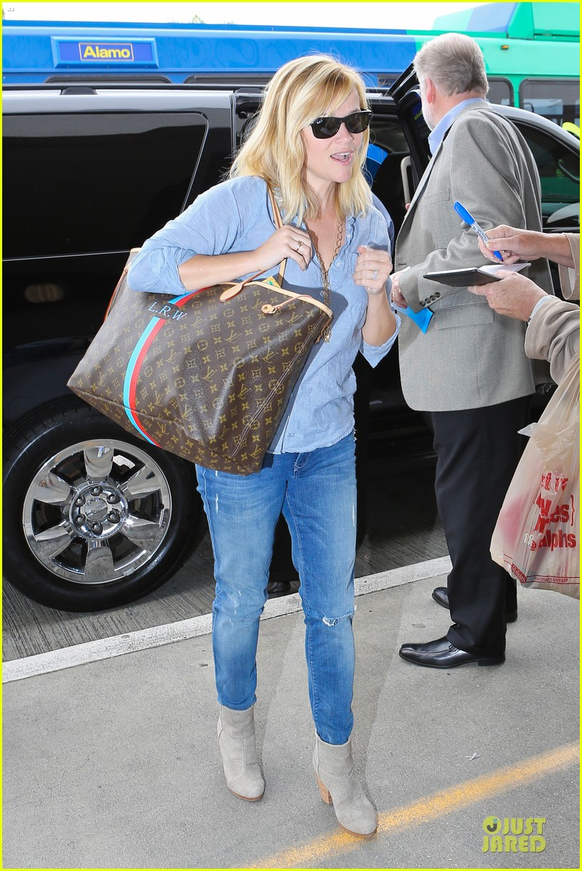 reese witherspoon lax departure for fathers day weekend 01