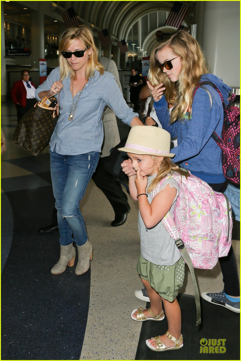 reese witherspoon lax departure for fathers day weekend 12
