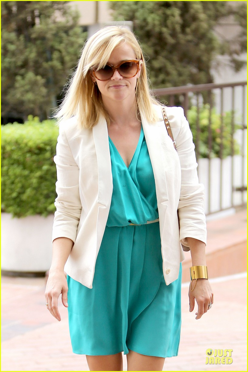 reese witherspoon retail therapy after morning workout 142889907