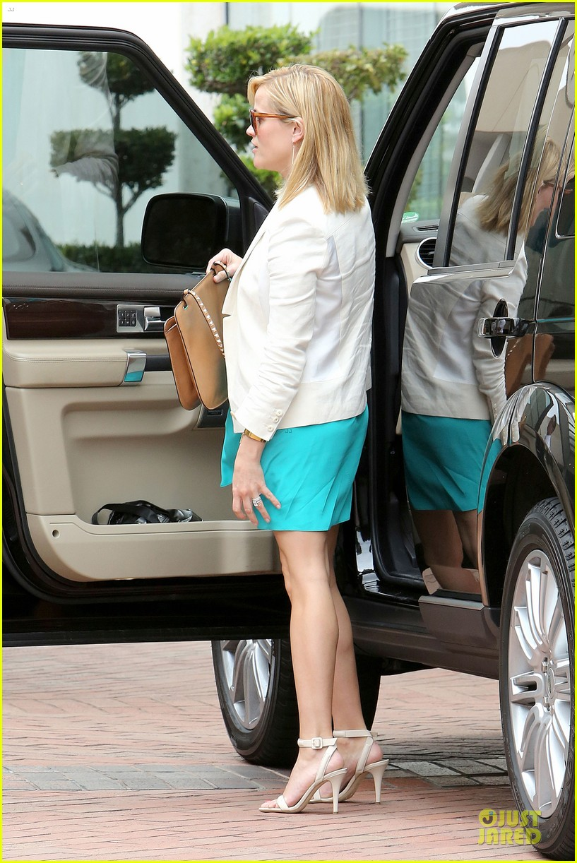 reese witherspoon retail therapy after morning workout 18