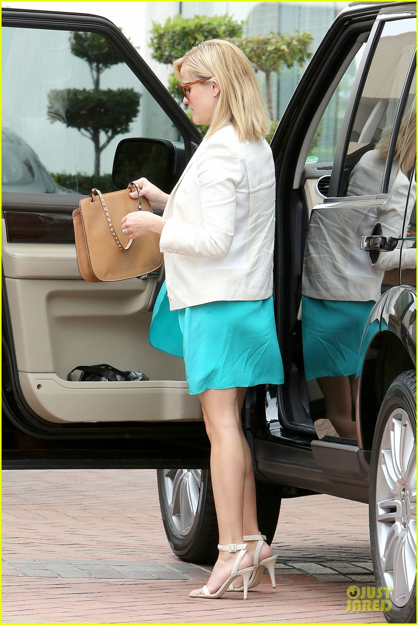 reese witherspoon retail therapy after morning workout 222889915