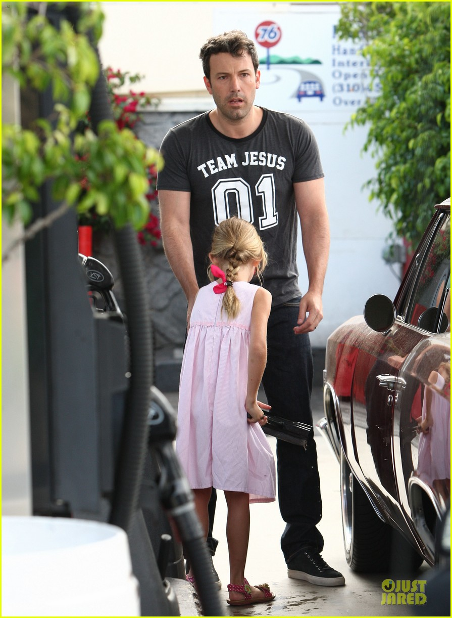 ben affleck violet work as one to clean car windshields 11