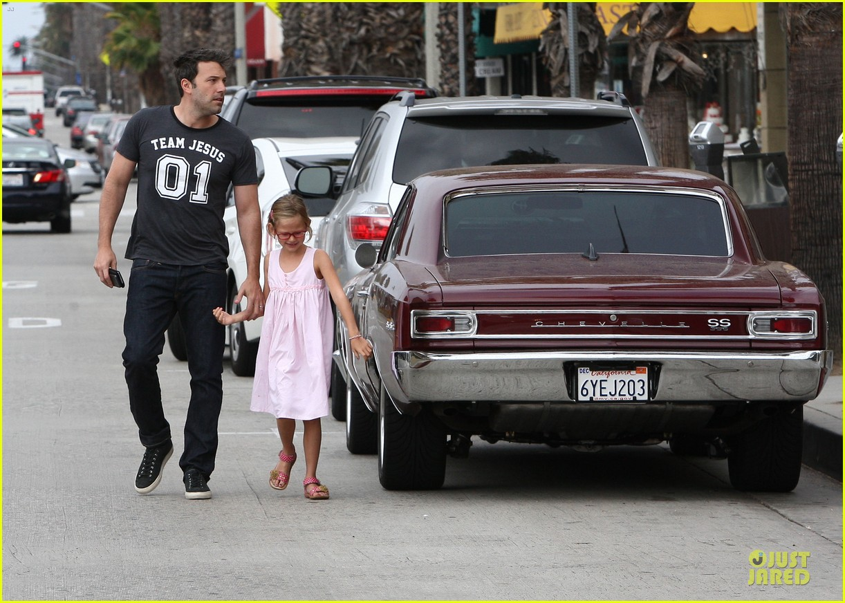 ben affleck violet work as one to clean car windshields 192915652