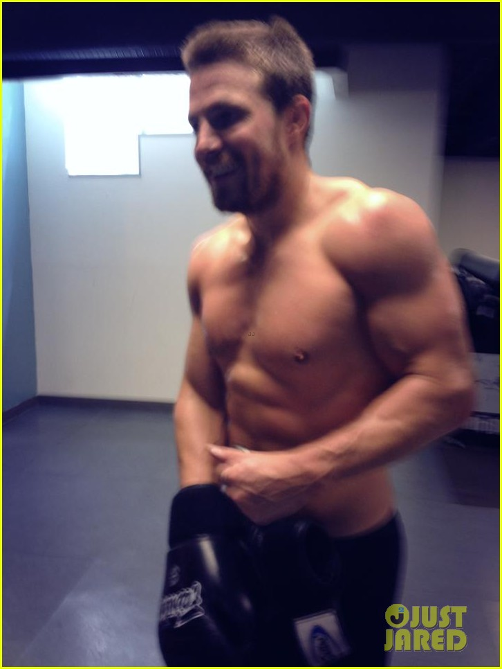 stephen amell shows off buff shirtless body for arrow season two 03